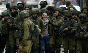 صورة..صبي فلسطيني أعزل يثير هلع الجنود الصهاينة