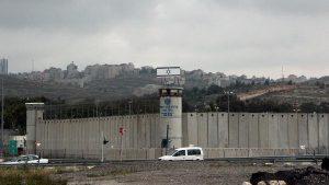 تقرير رسمي: انتهاكات وظروف غير إنسانية في السجون الإسرائيلية