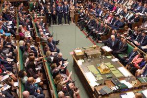 بالدموع.. برلمانية بريطانية مسلمة تكشف معاناتها مع الإسلاموفوبيا
