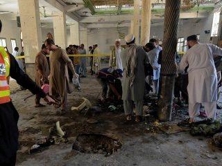 انفجار در یک مدرسه دینی در پیشاور پاکستان دهها کشته و زخمی برجا گذاشت