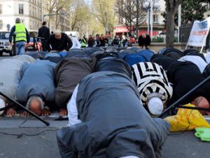 پیرس میں مساجد کی کمی پر مسلمانوں کی سڑک پر نماز