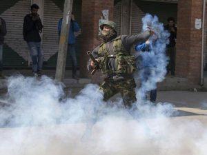 بھارتی فوج اب کشمیریوں پر ''بدبو بم'' استعمال کرے گی
