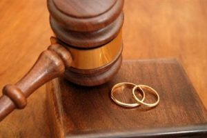 تین طلاقیں دینے کے بعد بیوی کو گھر میں ساتھ رکھنے کاحکم