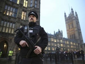برطانیہ میں بھی مسجد پر حملہ، ہتھوڑے سے نوجوان زخمی