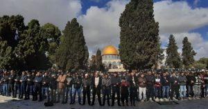 اسرائیلی پابندیاں توڑ کر 50 ہزار فلسطینی قبلہ اول پہنچنے میں کامیاب