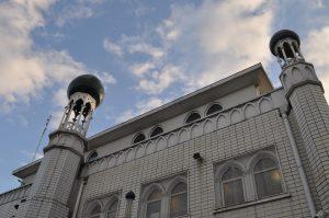 مسجد إسلامي يطعم 1000 شاب ضد كورونا في يوم واحد