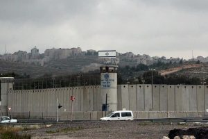 أسرى فلسطينيون يخوضون إضرابا جماعيا عن الطعام احتجاجا على تردي أوضاعهم